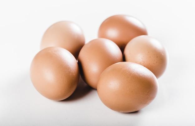 Uova isolate su fondo bianco