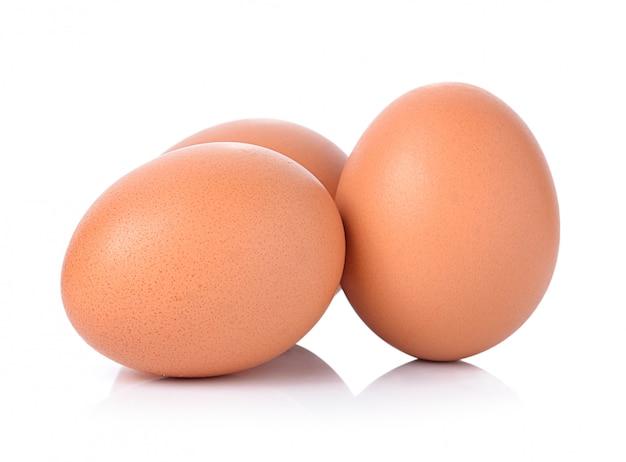 Uova isolate su spazio bianco