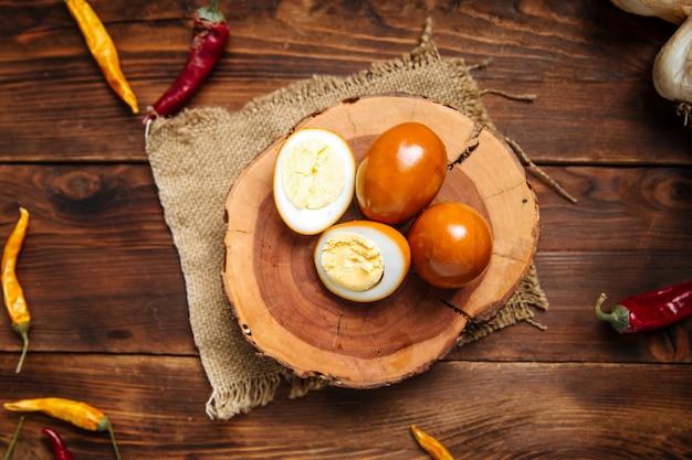 Uova marinate sul bordo di legno