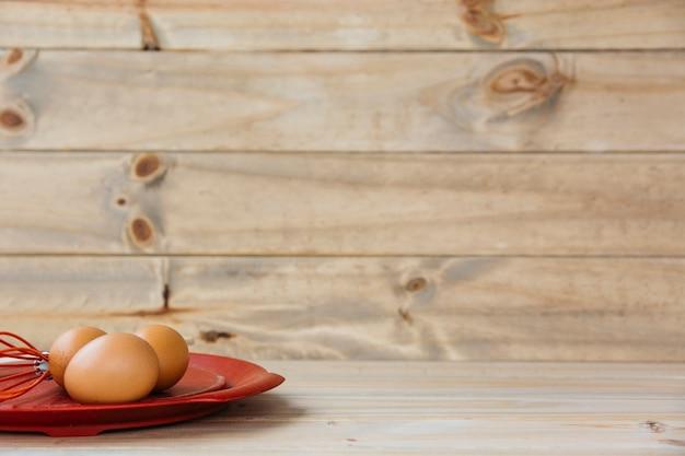 Uova marroni con la frusta sul piatto