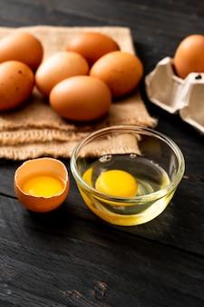 Uova marroni con un rotto e tuorlo d'uovo