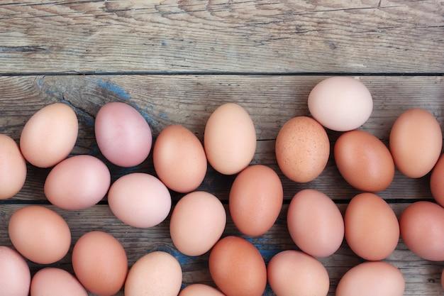 Uova marroni su un pavimento di legno, la vista dall'alto. cibo, tavola still life.