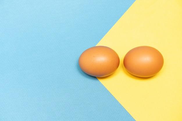 Uova marroni su uno sfondo colorato