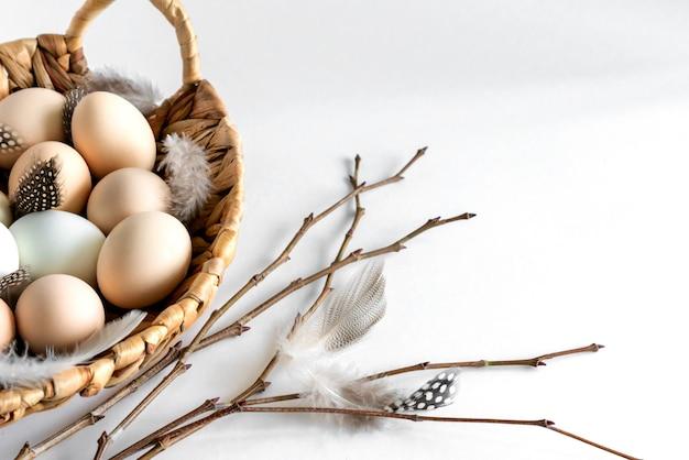 Uova organiche fresche del pollo dell'azienda agricola cruda in un canestro