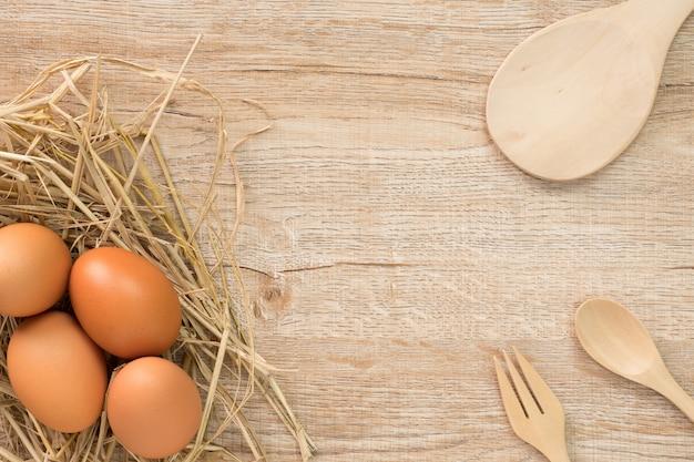 Uova per cucinare su legno vista dall'alto. piana piatta.