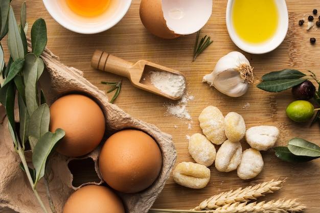 Uova piatte con gnocchi di patate crudi