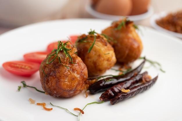 Uova sode saltate in padella con salsa al tamarindo.