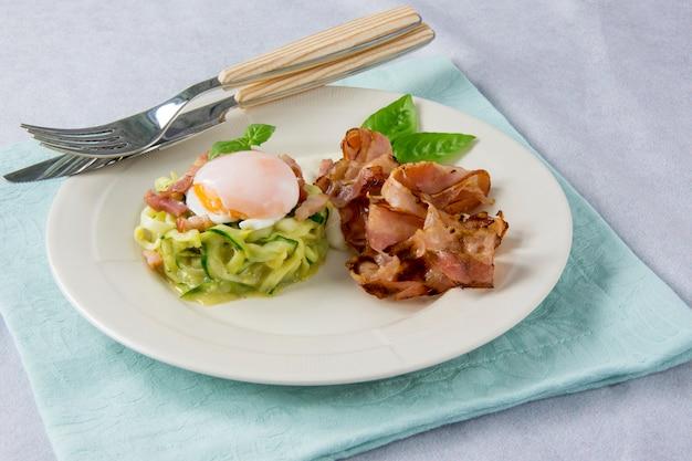 Uova strapazzate con zucchine, salsa alla carbonara e pancetta