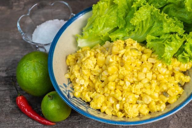 Uova strapazzate stile rustico con mais dolce. stile di cibo tailandese.
