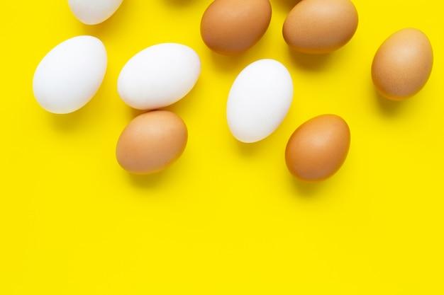 Uova su giallo.