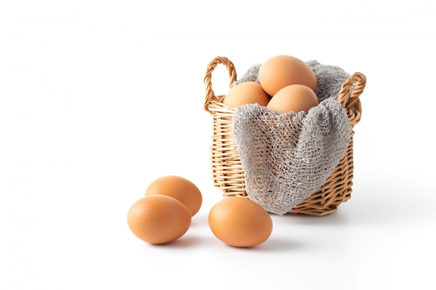Uova su sfondo bianco