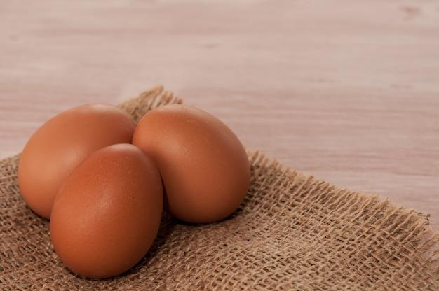 Uova su tela su un tavolo di legno