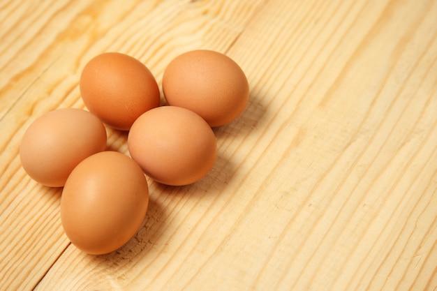 Uova su un tavolo di legno. vista dall'alto