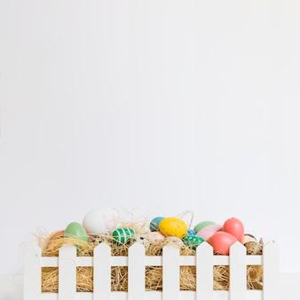 Uova sul fieno nella recinzione