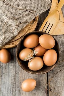 Uova vista dall'alto nella disposizione della ciotola