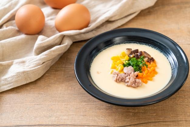 Uovo al vapore con carne di maiale tritata e verdure