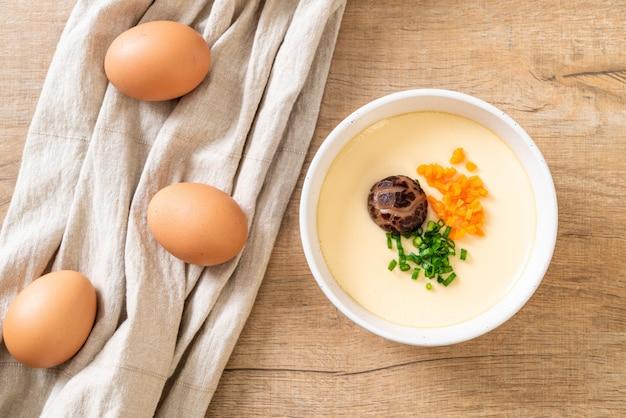 Uovo al vapore con verdure, funghi e carote