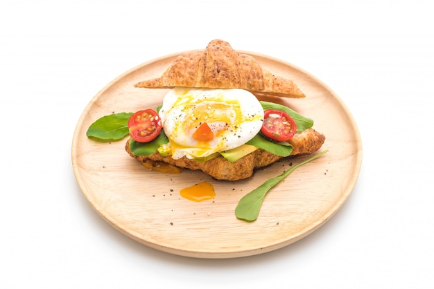 Uovo alla benedict con avocado, pomodori e insalata - stile alimentare sano o vegano
