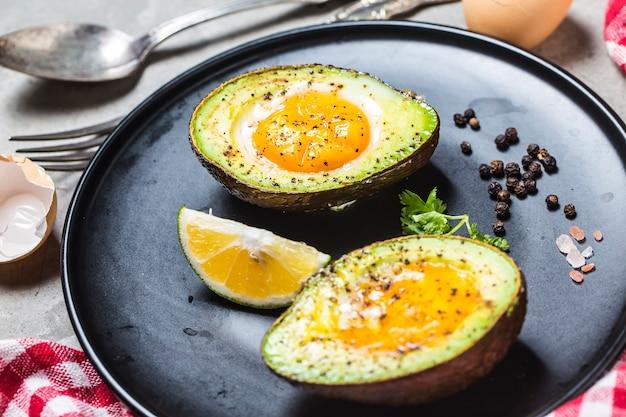 Uovo biologico casalingo cotto in avocado con sale e pepe