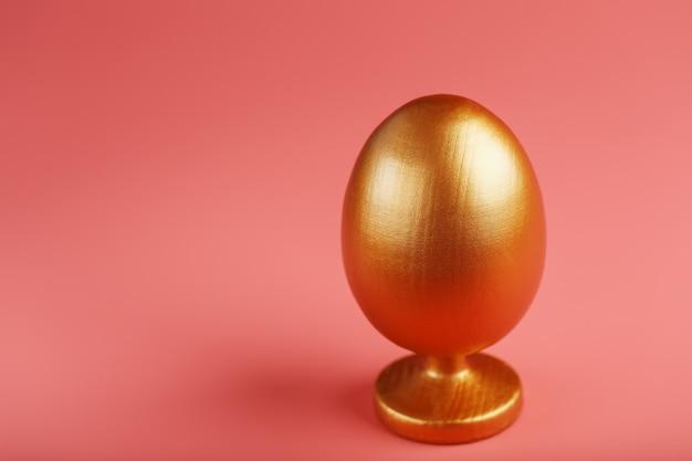 Uovo d'oro con un concetto minimalista.