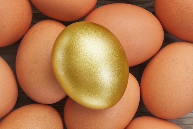 Uovo d'oro su uno sfondo di semplice. a pasqua.