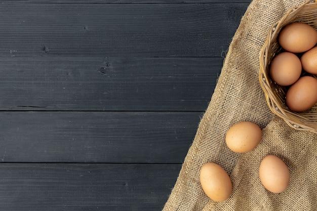 Uovo del primo piano su fondo di legno nero. vista dall'alto