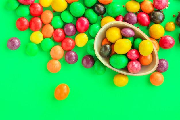 Uovo di cioccolato e caramelle decorazioni di buona pasqua