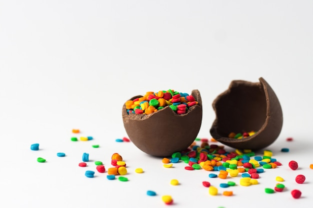 Uovo di cioccolato pasquale con decorazioni colorate di caramelle. concetto di pasqua
