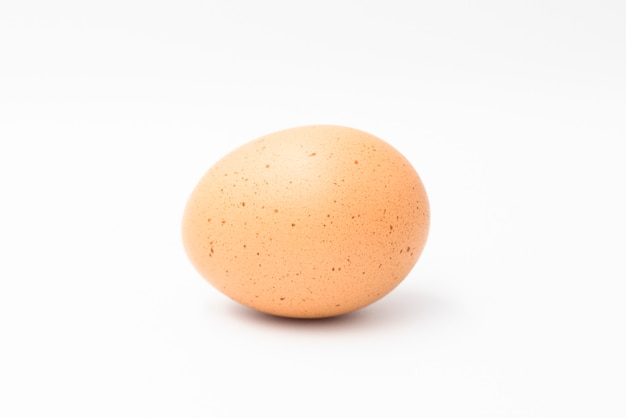 Uovo di gallina isolato sul muro bianco