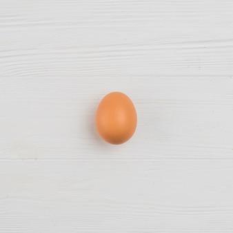 Uovo di gallina marrone sul tavolo
