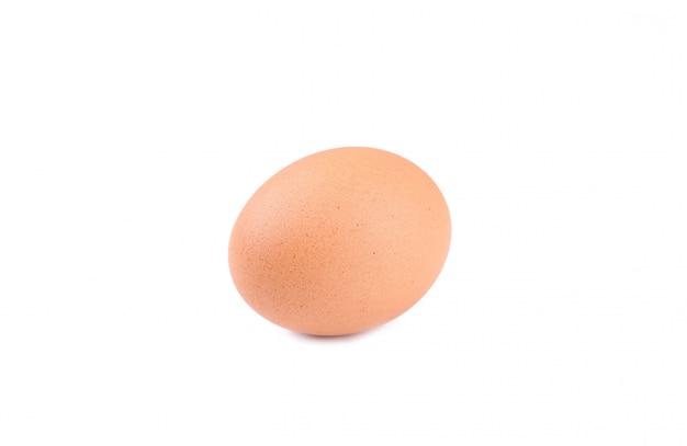 Uovo di gallina su uno sfondo bianco.