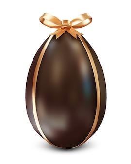 Uovo di pasqua al cioccolato con fiocco dorato isolato