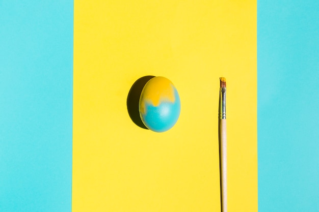Uovo di pasqua colorato con pennello sul tavolo