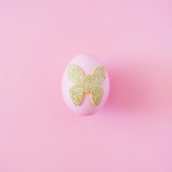 Uovo di pasqua con farfalla decorativa