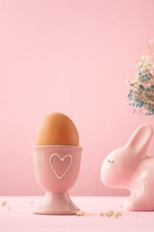 Uovo di pasqua del primo piano in ciotola ceramica piacevolmente dipinta
