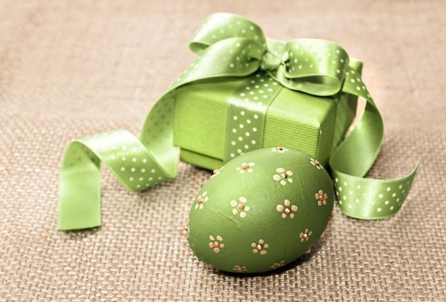 Uovo di pasqua e contenitore di regalo verdi