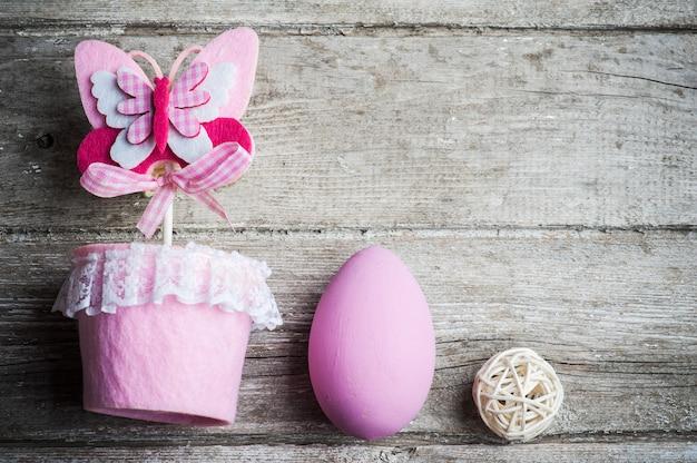 Uovo di pasqua e farfalla rosa
