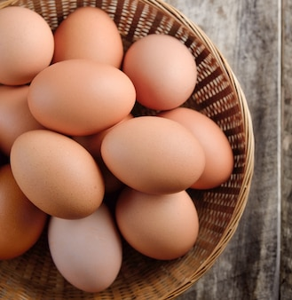 Uovo di pasqua in un cestino sulla tabella wodden