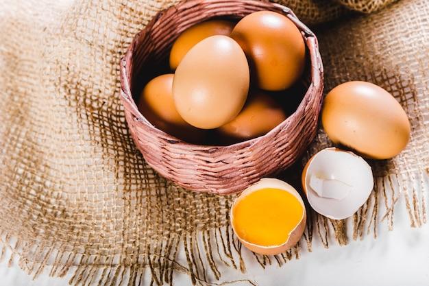 Uovo di pasqua in un cestino