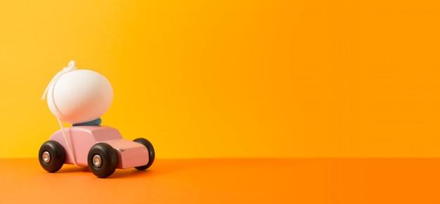 Uovo di pasqua sull'automobile con lo spazio della copia per i testi. il colore d'annata ha tonificato per il concetto di pasqua