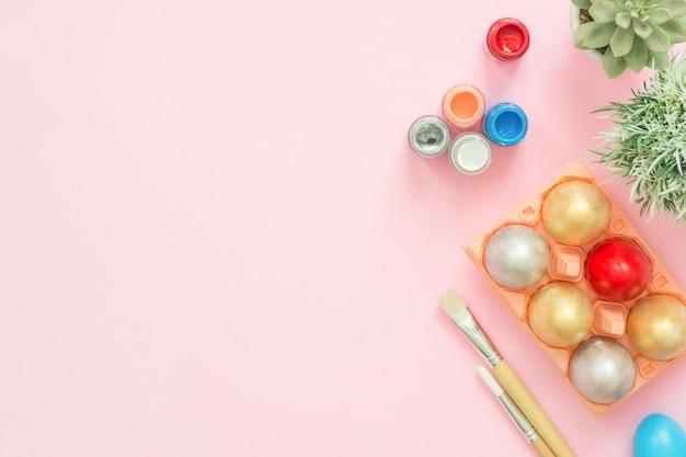 Uovo di pasqua variopinto dipinto in composizione in colori pastello con pennello