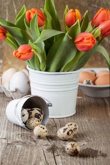 Uovo di quaglia con e secchio di fiori