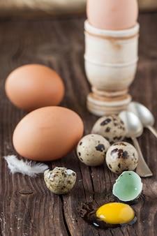 Uovo di quaglia rotto e pollo uno con il tuorlo fuoriuscito