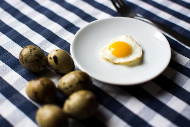 Uovo di quaglia soleggiato