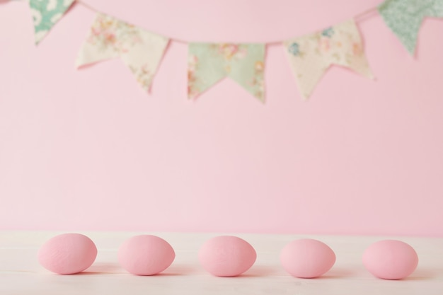 Uovo e ghirlanda dipinti rosa di pasqua
