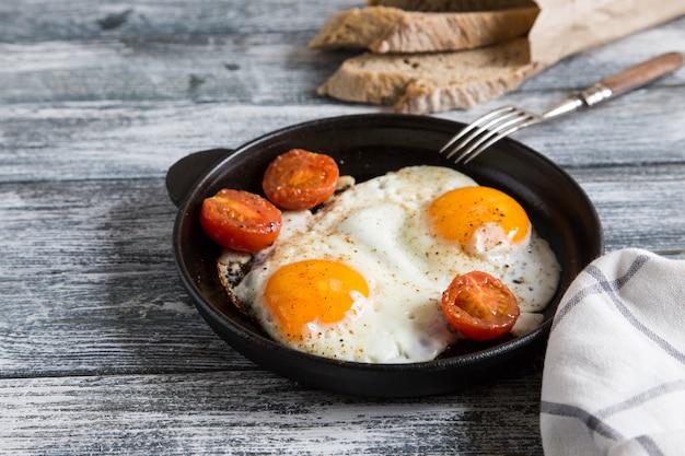Uovo fritto. chiuda sulla vista dell'uovo fritto su una padella