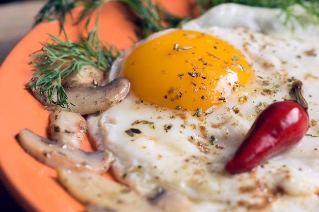 Uovo fritto con champignon, aneto e peperoncino rosso