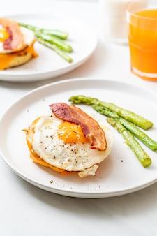 Uovo fritto con pancetta e formaggio sul pancake
