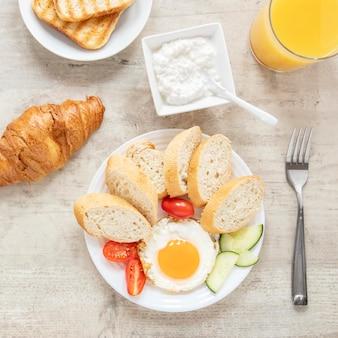 Uovo fritto e verdure con delicase di pasticceria