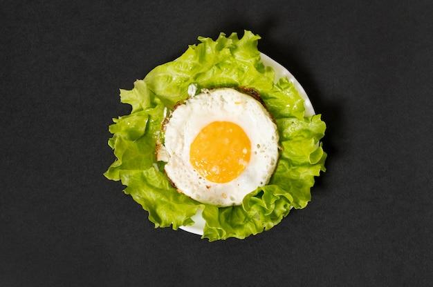 Uovo fritto laico piatto su sfondo chiaro